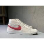 Tenis cano longo Nike modelo Sb zoom Blazer unissex cor beije com detalhes em vermelho 1300-EL